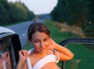 Голая молоденькая девушка на дороге