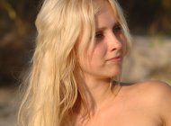 Горячая блондинка на пляже, эротическая фотосессия