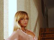 Голая блондинка позирует на лестнице, эротическая фотосессиия