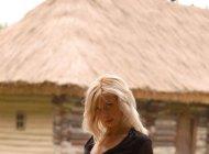 Голая блондинка в сельском дворе, эротическая фотосессия