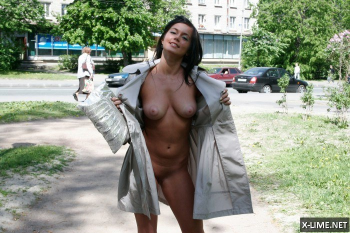 Голые девушки позируют на улице, частное фото