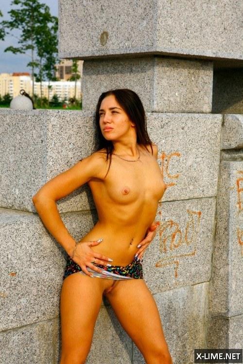 Девушки позируют голые на улице фото 582-765