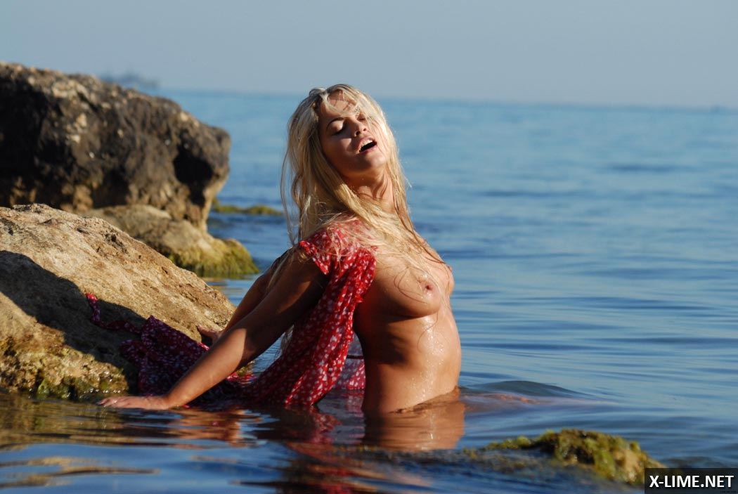Шикарная блондинка позирует голой в океане