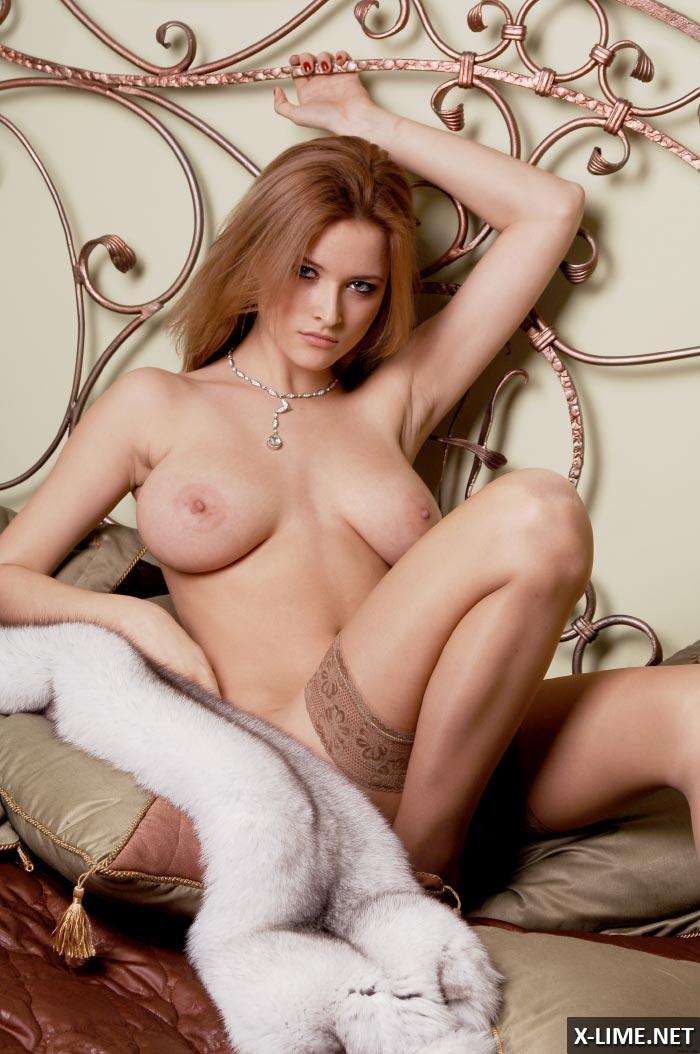 Пышногрудая красавица в эротической фотосессии
