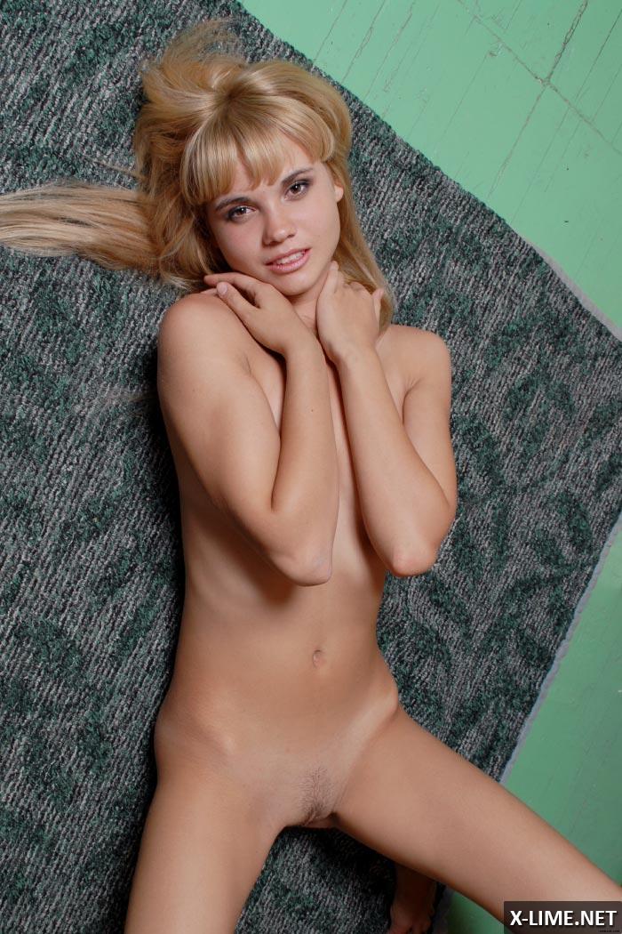 Фото голой симпатичной девушки блондинки