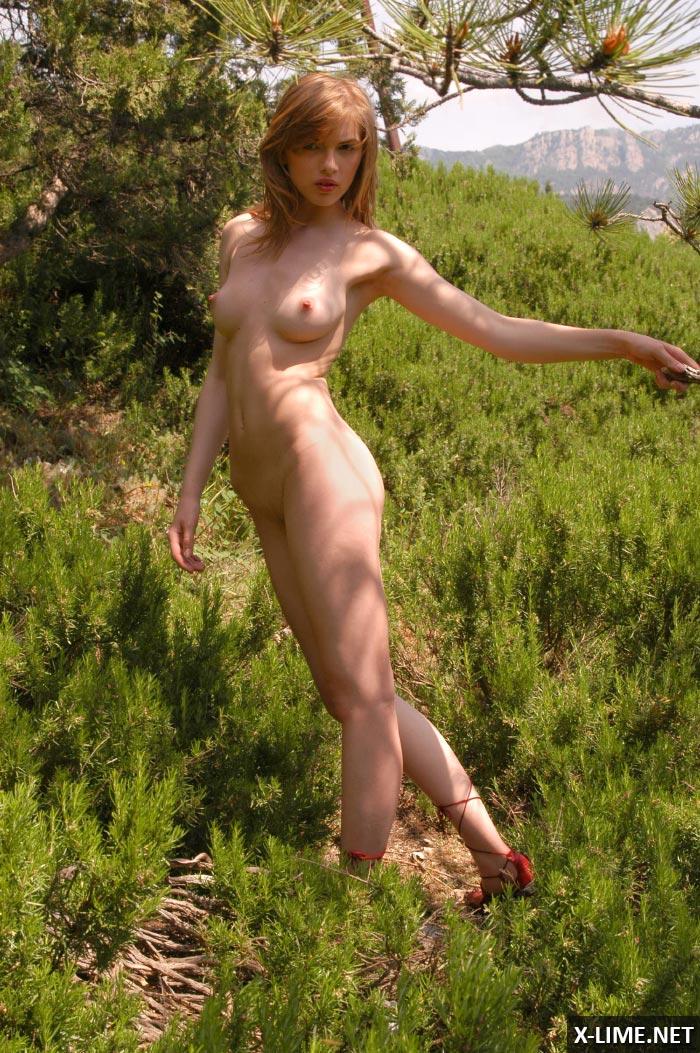 Обнаженная модель на природе, эротическая фотосессия