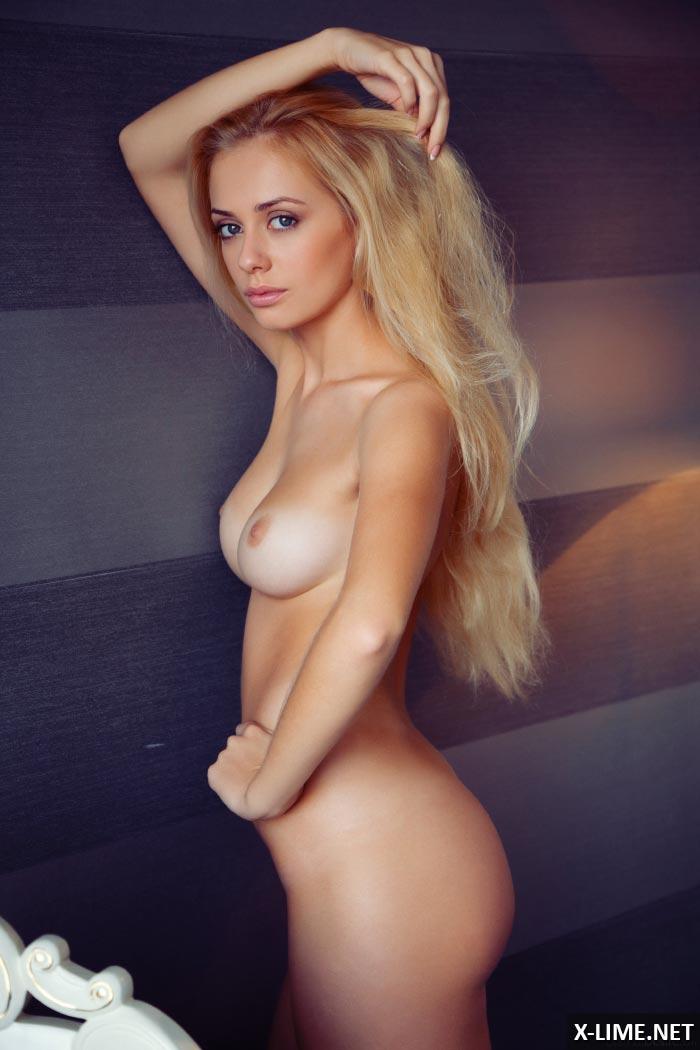 Голая симпатичная блондинка в откровенной фотосессии