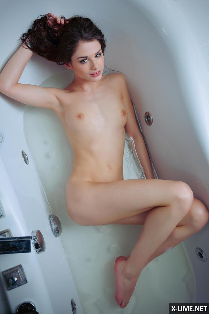 Голая шатенка в ванной, эротические фото
