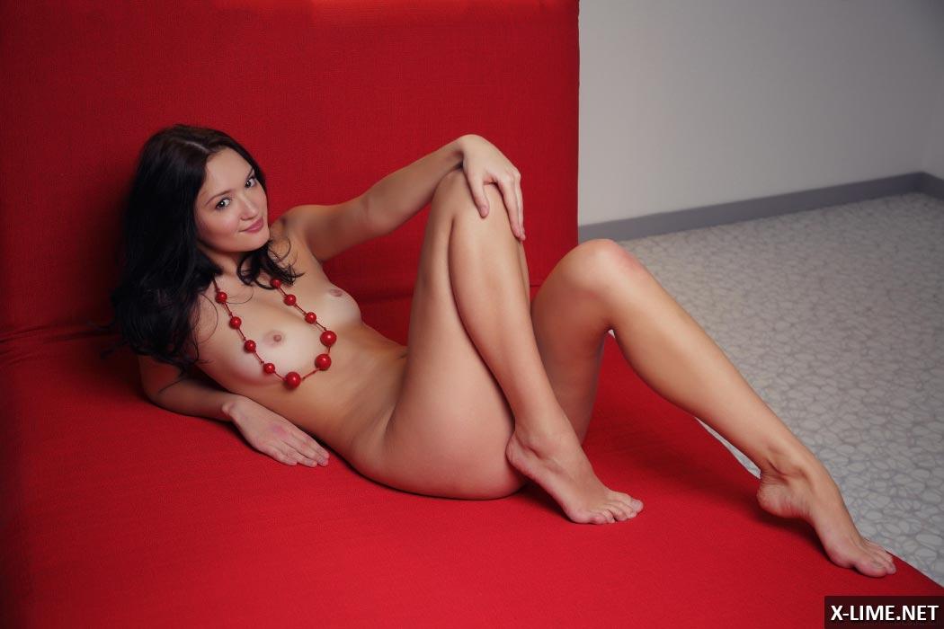 Голая красивая азиатка на красном матрасе, эротические фото