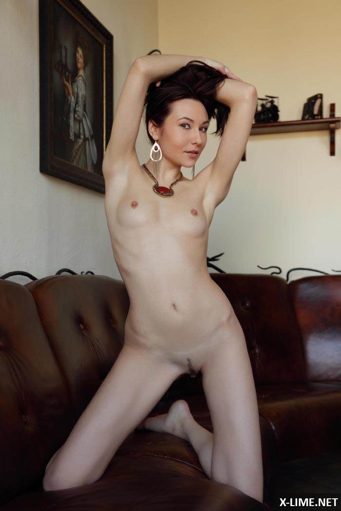 Голая стройная девушка в эротической фотосессии