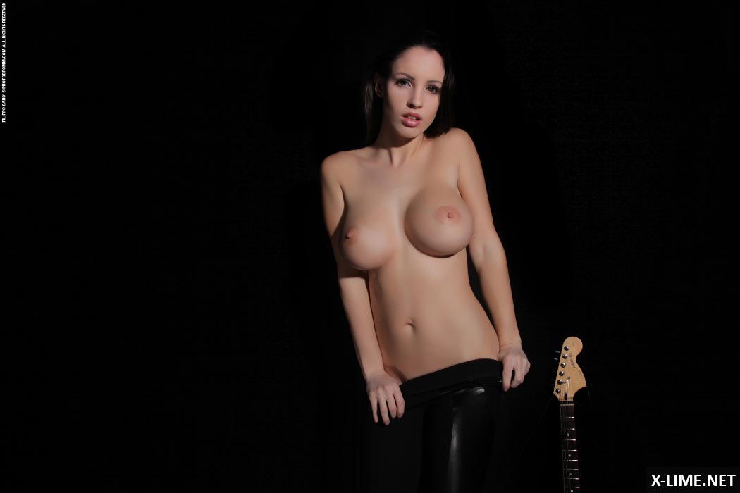 Эротические фото красивой девушки с гитарой