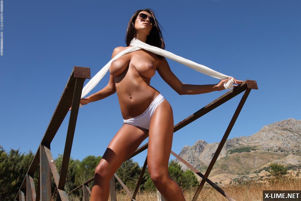 Голая сисястая девушка позирует на пирсе (15 фото)