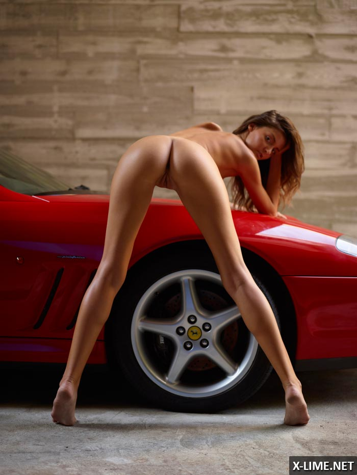 Голая девушка позирует на капоте Ferrari