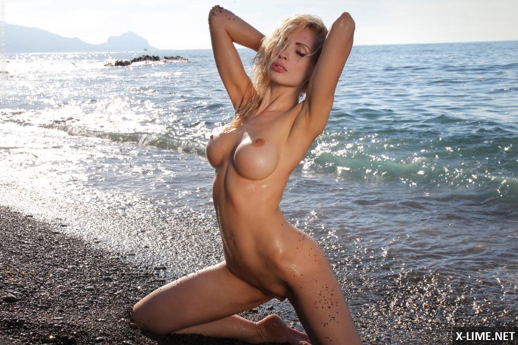 пышногрудая блондинка на пляже