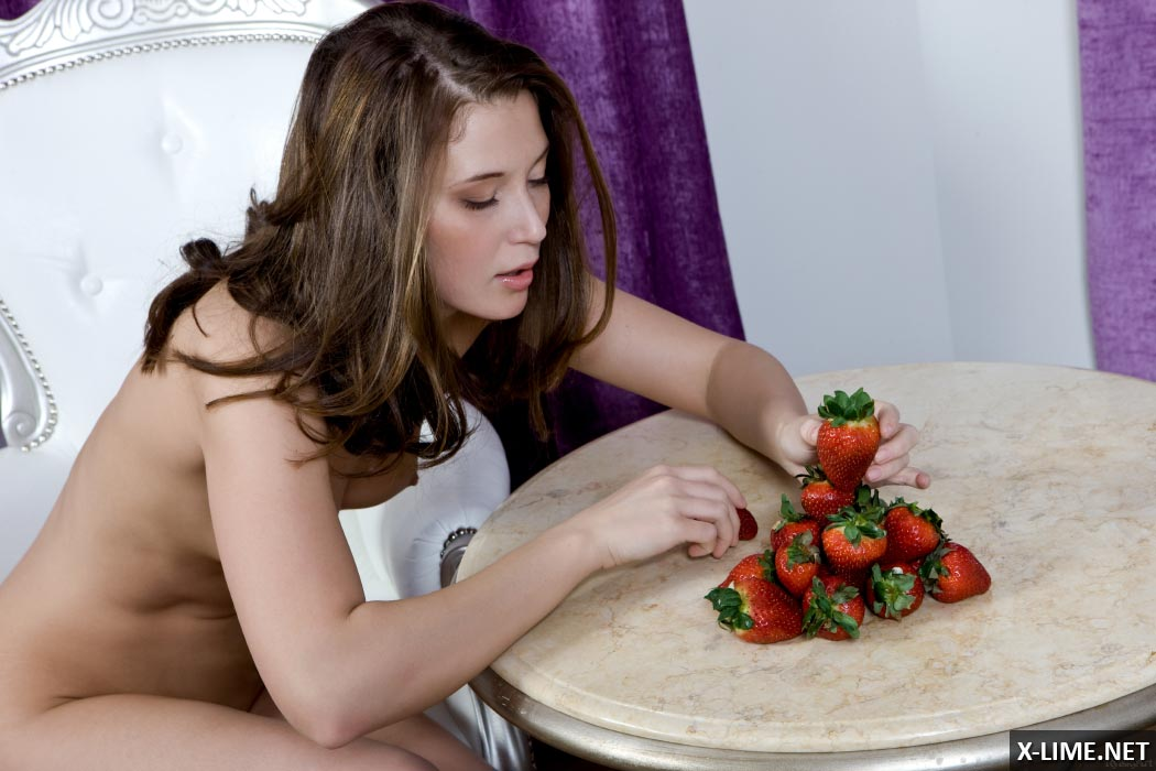 Голая девушка кушает клубнику