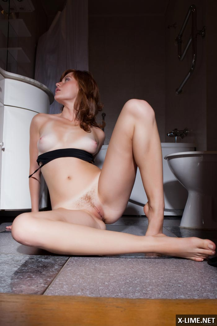 Рыжая показала киску в ванной