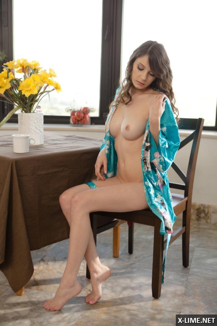 Молодая девушка мастурбирует на балконе
