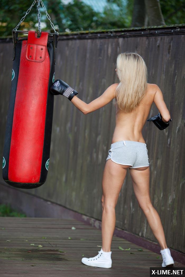Стройная девушка занимается спортом