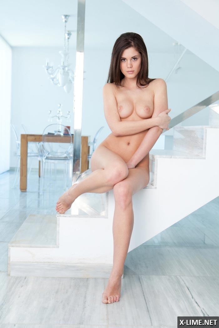 девушка мастурбирует на лестнице