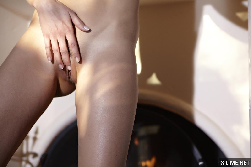 Блондинка мастурбирует возле камина