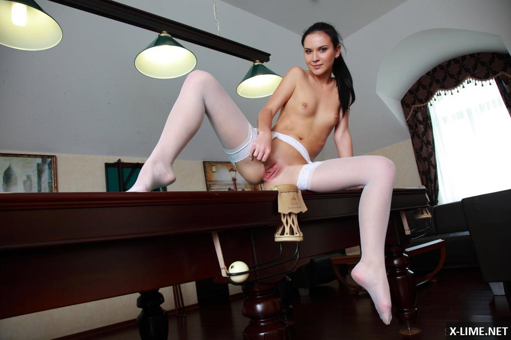 Девушка мастурбирует на бильярдном столе