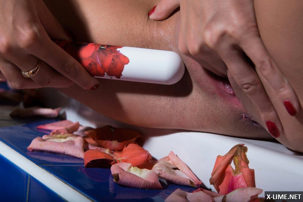 Девушка мастурбирует вибратором в ванной