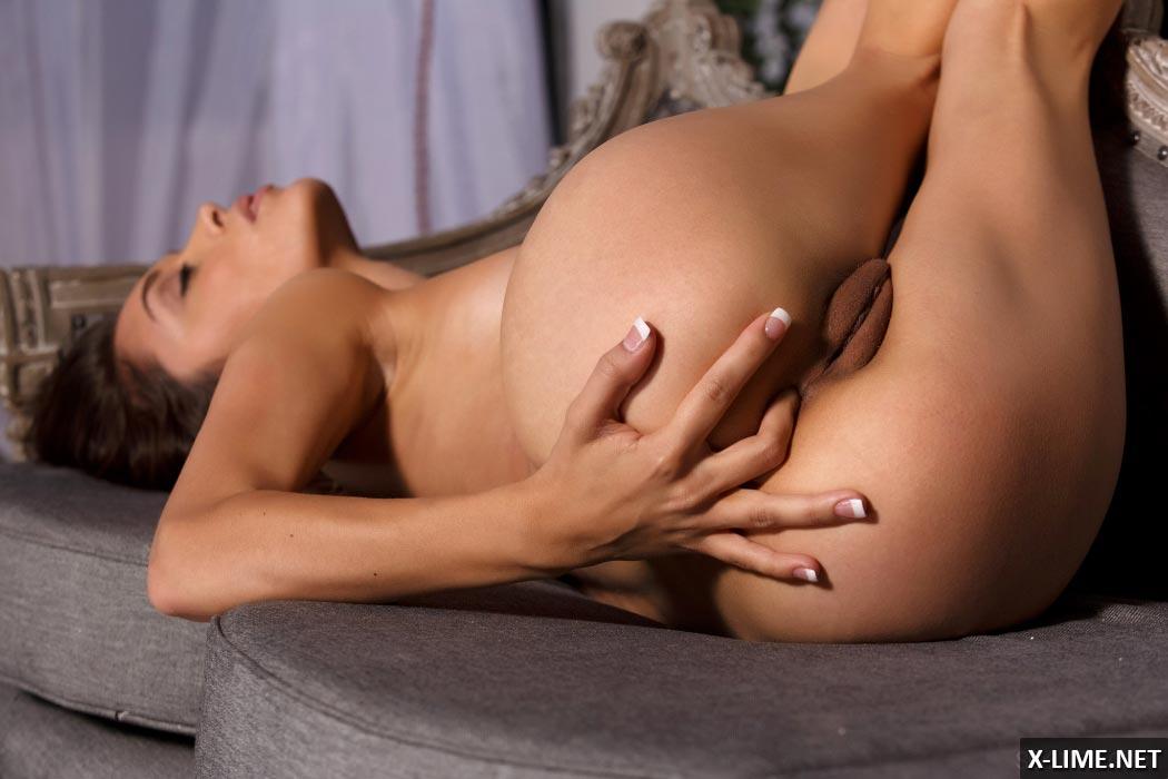 Девушка мастурбирует свою киску и попку