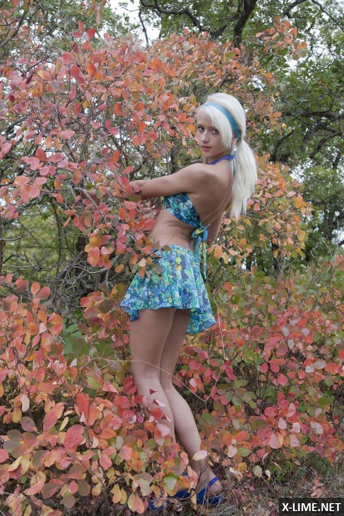 Молодая блондинка мастурбирует на природе