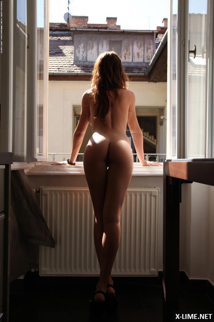 Фото голая дувушка у окна фото 417-514