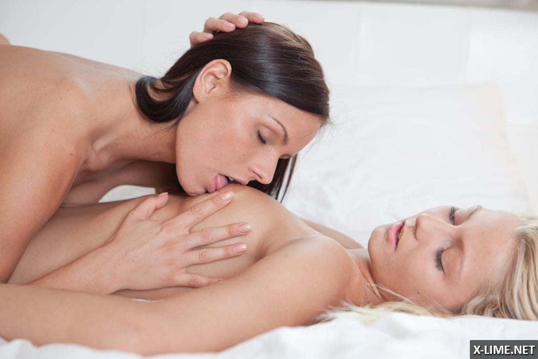 фото лесбиянки ласкают грудь