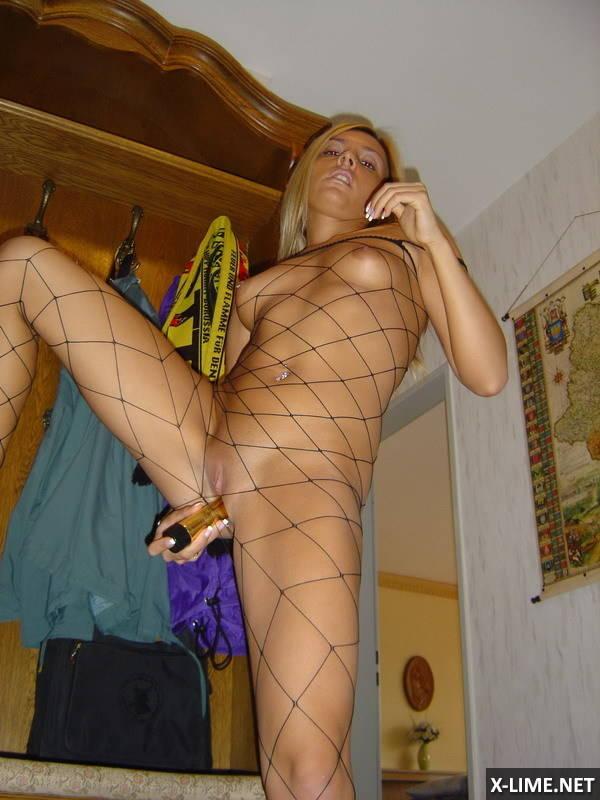 Стройная блондинка мастурбирует бананом (19 ФОТО)