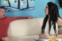 Порно Видео: Парень постарше трахает молодую брюнетку