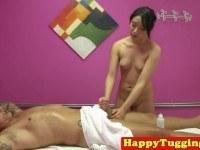 Порно Видео: Азиатка делает массаж и дрочит член