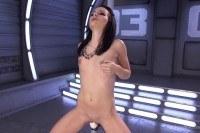 Порно Видео: Брюнетка трахается с сексмашиной