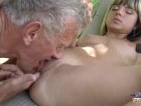 Порно Видео: Молоденькая девушка трахается со стариком