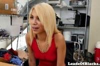 Порно Видео: Негр ебет худенькую блондинку на кастинге