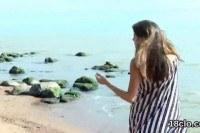 Порно Видео: Голая красавица гуляет по пляжу