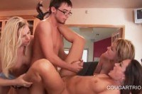 Порно Видео: Групповой секс с очкариком