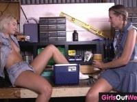 Порно Видео: Лесбиянка лижет волосатую киску