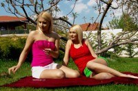 Порно Видео: Outdoor play for blonde lesbian babes