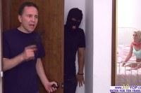 Порно Видео: Грабитель трахнул развратную блондинку