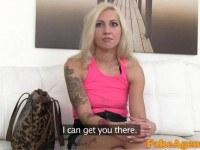 Порно Видео: Молодая блондинка с тату на кастинге
