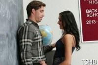 Порно Видео: Красавица соблазнила учителя