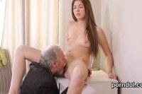 Порно Видео: Старый делает куни молодой девке