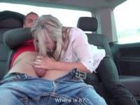 Порно Видео: Парень трахнул горячую мамку в машине