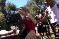 Порно Видео: Негры трахают блондинку на улице