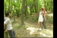 Порно Видео: Парни ебут телку в лесу и кончают в рот