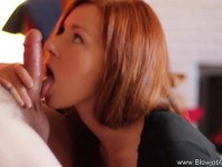 Порно Видео: Рыжая девка нежно сосет член