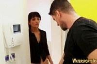 Порно Видео: Парень трахнул и нассал на шлюху