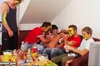 Порно Видео: Футбольные фанаты трахают зрелую шлюху